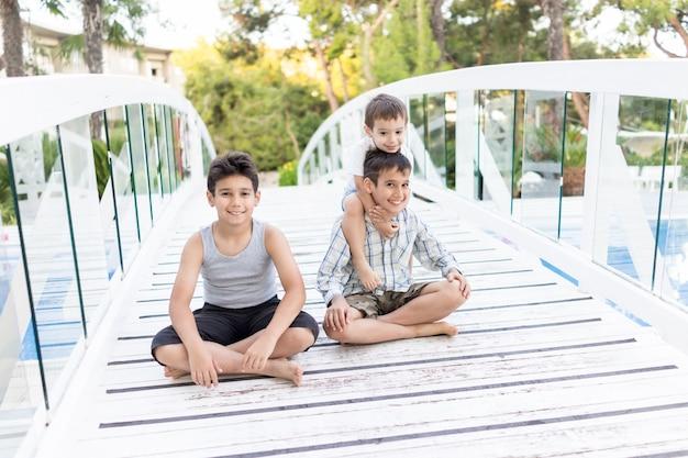 Szczęśliwe Dzieci Spędzają Wakacje W Pięknym Kurorcie Premium Zdjęcia