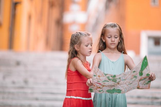 Szczęśliwe dzieci toodler korzystają z włoskich wakacji w europie. Premium Zdjęcia