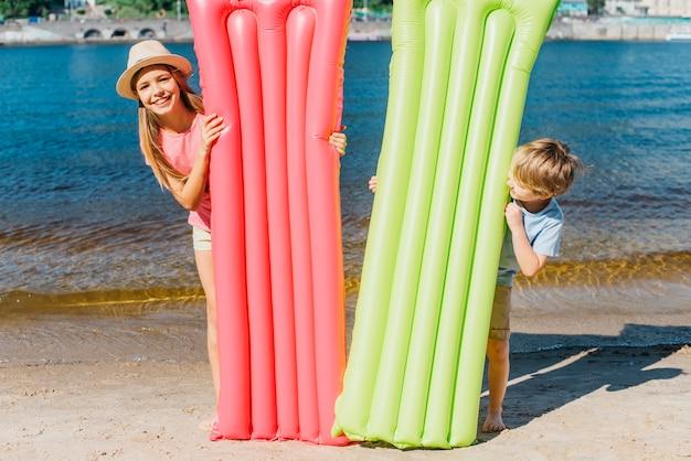 Szczęśliwe Dzieci Z Dmuchanymi Materacami Na Plaży Darmowe Zdjęcia