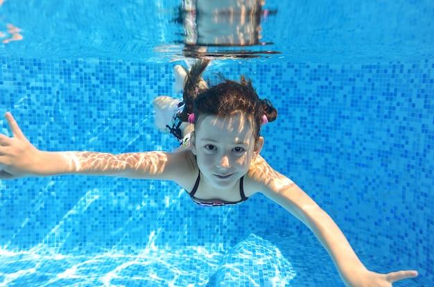 Szczęśliwe Dziecko Aktywne Pływa Pod Wodą W Basenie Premium Zdjęcia