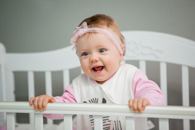 Szczęśliwe dziecko na łóżku w domu Premium Zdjęcia