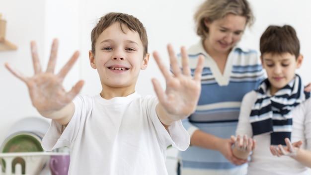 Szczęśliwe Dziecko Pokazano Ręce Podczas Mycia Darmowe Zdjęcia