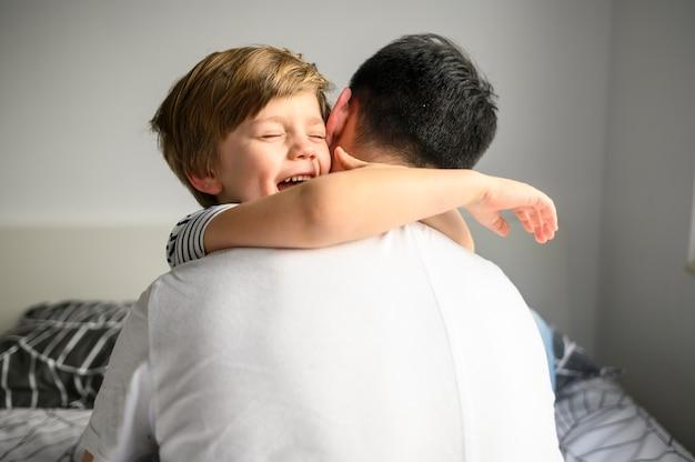 Szczęśliwe Dziecko Tulenie Ojca Darmowe Zdjęcia