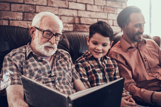 Szczęśliwe dziecko z ojcem i dziadkiem w zakładzie fryzjerskim Premium Zdjęcia