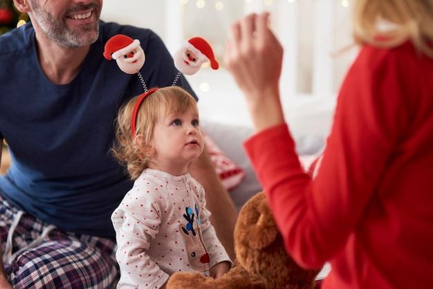 Szczęśliwe Dziecko Z Rodzicami W Boże Narodzenie Rano Darmowe Zdjęcia