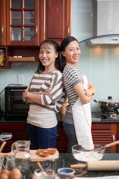 Szczęśliwe Kobiety Pozuje W Kuchni Darmowe Zdjęcia