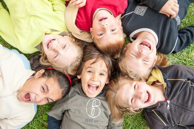 Szczęśliwe Małe Dzieci Korzystających Z Podróży Premium Zdjęcia