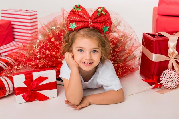 Szczęśliwe Małe Dziecko Otoczone świątecznymi Elementami Premium Zdjęcia