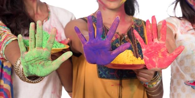 Szczęśliwe Młode Dziewczyny Zabawy Z Kolorowym Proszkiem Na Festiwalu Kolorów Holi Premium Zdjęcia
