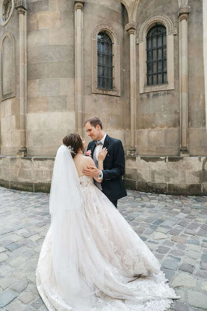 Szczęśliwe Panny Młode Obejmują Dzień ślubu Darmowe Zdjęcia
