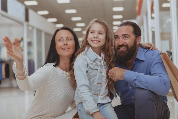 Szczęśliwe rodzinne zakupy w centrum handlowym razem Premium Zdjęcia