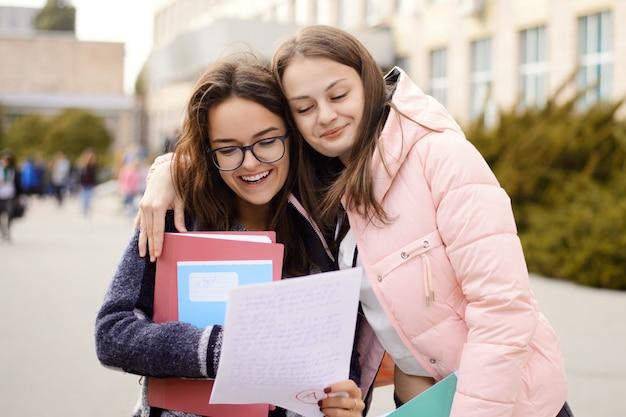 Szczęśliwe Studentki Z Doskonałym Wynikiem Testu Premium Zdjęcia