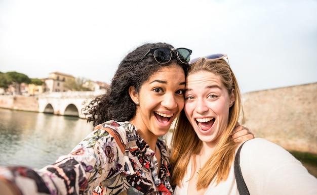 Szczęśliwe Wielorasowe Dziewczyny Robią Selfie I świetnie Się Bawią Premium Zdjęcia
