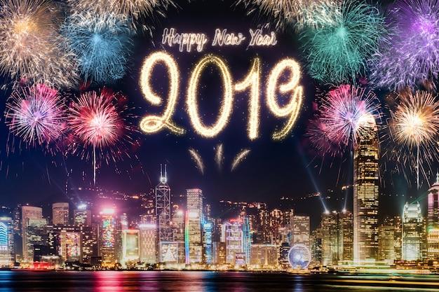 Szczęśliwego Nowego Roku 2019 Fajerwerków Na Budynek Miejski W Nocy Uroczystości Premium Zdjęcia