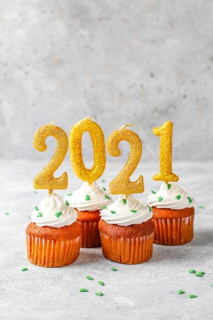 Szczęśliwego Nowego Roku 2021, Babeczki Ze Złotymi świecami. Darmowe Zdjęcia