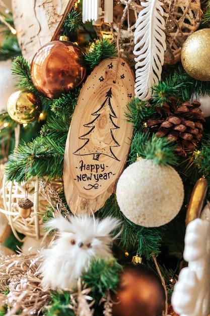 Szczęśliwego nowego roku na drewniane ozdoby chistmas Premium Zdjęcia
