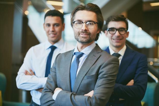 Szczęśliwi biznesmenów patrząc w przyszłość Darmowe Zdjęcia
