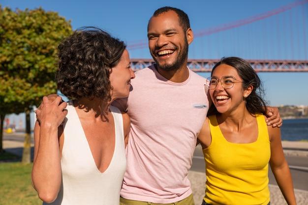 Szczęśliwi bliscy przyjaciele spotyka w parku Darmowe Zdjęcia