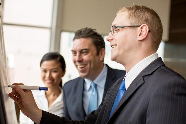 Szczęśliwi Ludzie Biznesu Pracuje Na Projekcie Premium Zdjęcia