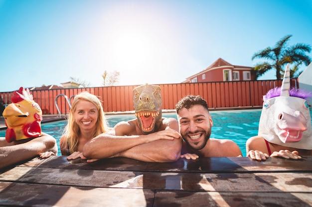 Szczęśliwi Ludzie Robią Basen Prywatnej Imprezie, Nosząc śmieszne Maski Zwierząt Premium Zdjęcia