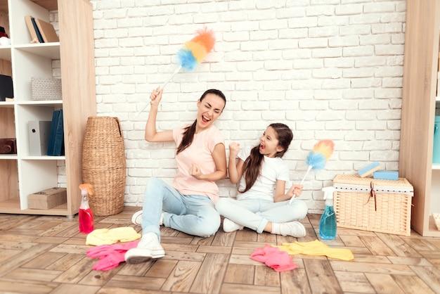 Szczęśliwi ludzie z zapasami do czyszczenia. Premium Zdjęcia