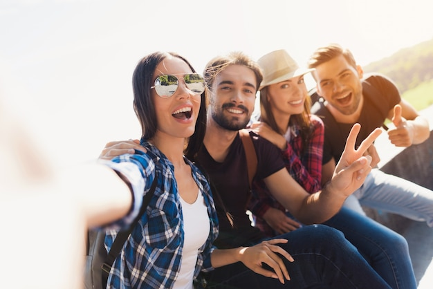 Szczęśliwi młodzi turyści mają wycieczkę zrób zdjęcie. Premium Zdjęcia