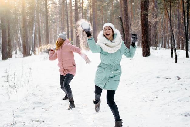 Szczęśliwi Przyjaciele Bawią Się śniegiem Na Zewnątrz W Zimie Darmowe Zdjęcia