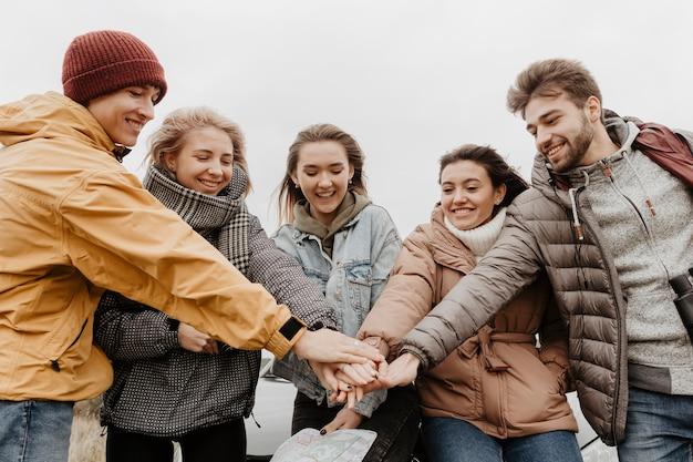 Szczęśliwi Przyjaciele łącząc Ręce Darmowe Zdjęcia