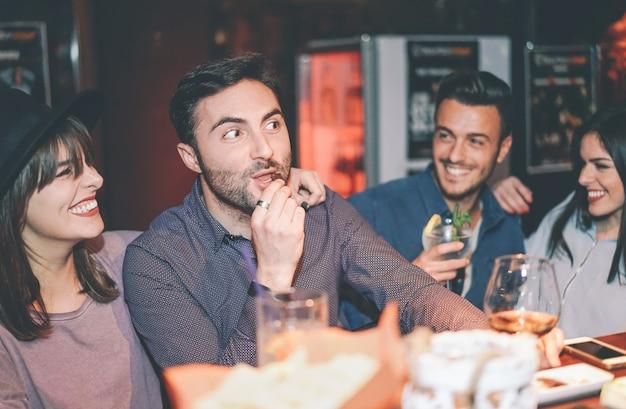 Szczęśliwi Przyjaciele Ma Zabawę Pije Koktajl W Barze Premium Zdjęcia