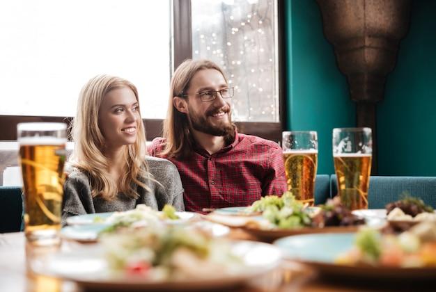 Szczęśliwi Przyjaciele Siedzi W Kawiarni Podczas Gdy Jedzący Alkohol I Pijący Darmowe Zdjęcia