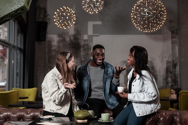 Szczęśliwi Przyjaciele śmia Się W Kawiarni Darmowe Zdjęcia