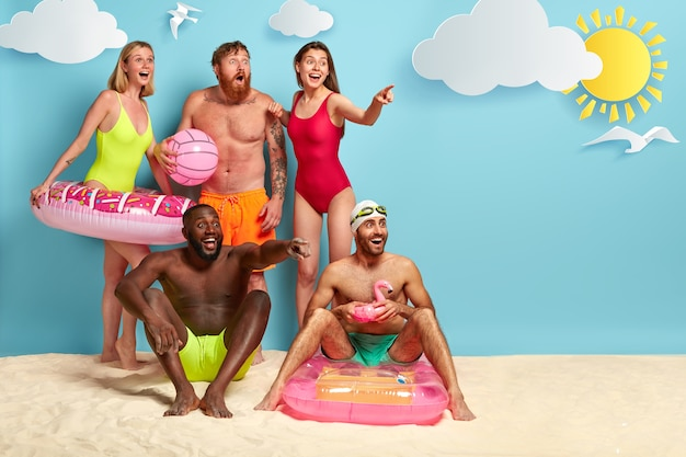 Szczęśliwi Przyjaciele Spędzają Wolny Czas Na Plaży Darmowe Zdjęcia