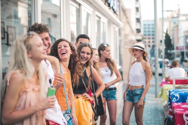 Szczęśliwi przyjaciele w lecie Premium Zdjęcia