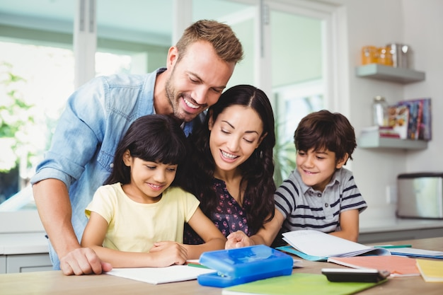 Szczęśliwi Rodzice Pomagają Dzieciom W Odrabianiu Lekcji Premium Zdjęcia