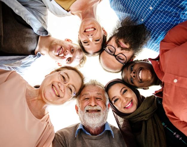 Szczęśliwi różnorodni ludzie jednoczący wpólnie Premium Zdjęcia
