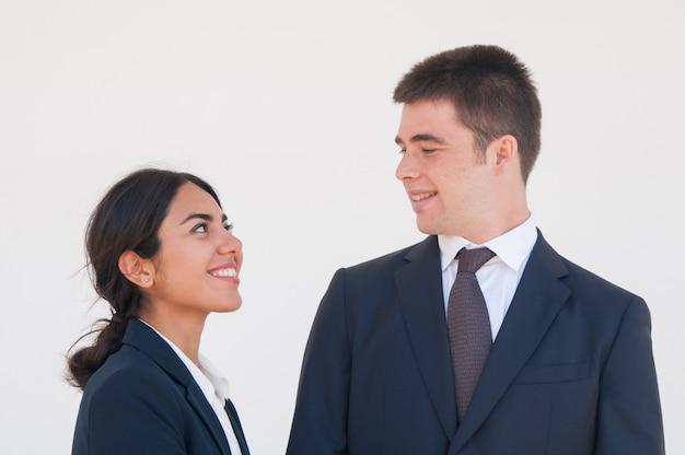 Szczęśliwi Rozochoceni Współpracownicy Cieszy Się ładną Rozmowę Darmowe Zdjęcia