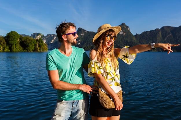 Szczęśliwi Turyści Spędzający Razem Czas, Dziewczyna Pokazująca Coś Interesującego Ręką. Darmowe Zdjęcia