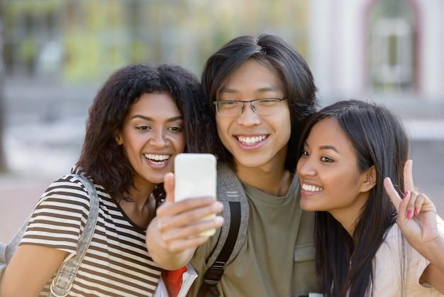 Szczęśliwi Ucznie Stoi Selfie I Robią Na Zewnątrz Darmowe Zdjęcia