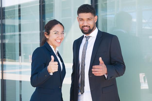 Szczęśliwi ufni partnery biznesowi cieszy się pracę zespołową Darmowe Zdjęcia