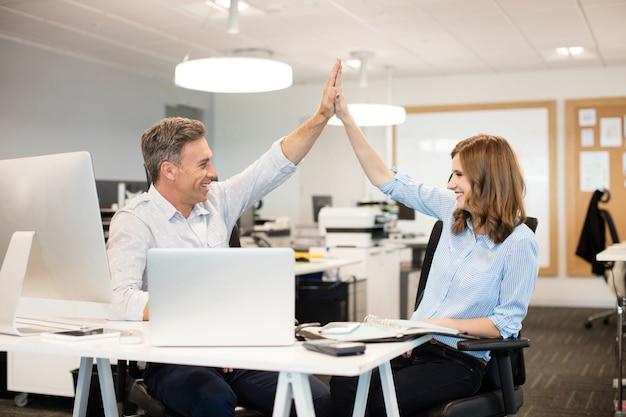 Szczęśliwi Współpracownicy, Dając Sobie Piątkę Premium Zdjęcia