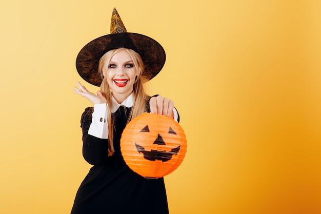 Szczęśliwie emocji kobiety pozycja przeciw żółtej mienie bani. Premium Zdjęcia