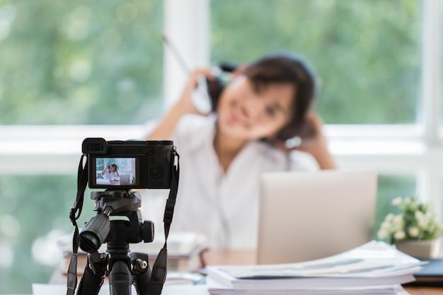 Szczęśliwy Azjatycki Videoblog Lub Studentka Piękna Blogger / Vlogger Nagrywanie Samouczek Prezentacja Trenera Przepustka Wideo Do Nauczania Pracy Domowej Na żywo Udostępnianie Kanału Internetowego Media Społecznościowe Za Pomocą Kamery Bezlusterkowej Premium Zdjęcia