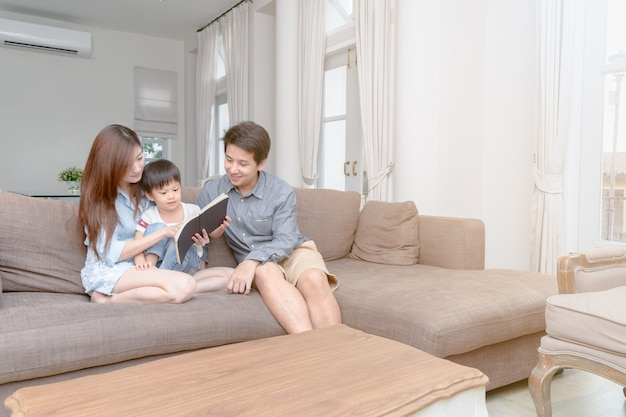 Szczęśliwy Azjatykci Rodzinny Czytelniczy Storybook W Domu Premium Zdjęcia
