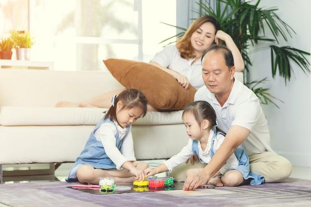 Szczęśliwy Azjatykci Rodzinny Styl życia W Domu. Premium Zdjęcia