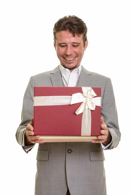 Szczęśliwy Biznesmen Kaukaski Otwierając Pudełko Gotowe Na Walentynki Premium Zdjęcia