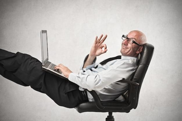 Szczęśliwy biznesmen w pracy Premium Zdjęcia