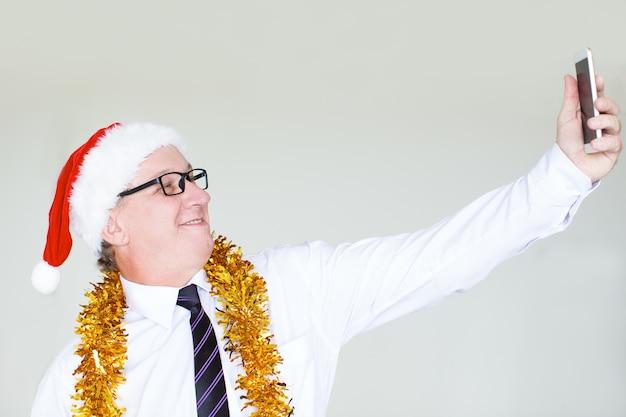 Szczęśliwy Biznesmen W Santa Kapeluszu Bierze Selfie Darmowe Zdjęcia