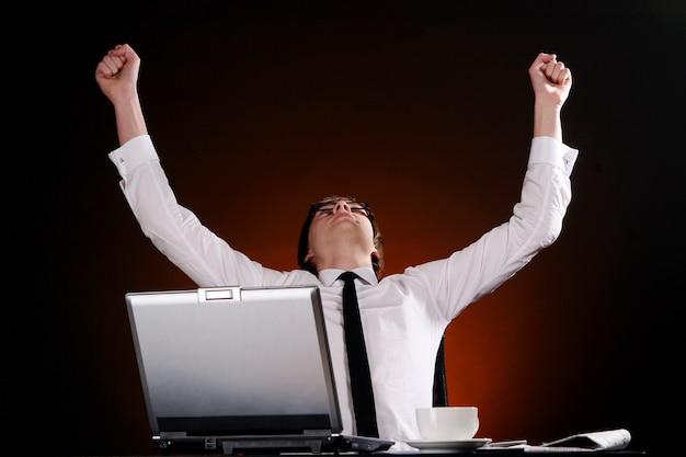 Szczęśliwy Biznesowy Mężczyzna W Biurze Darmowe Zdjęcia
