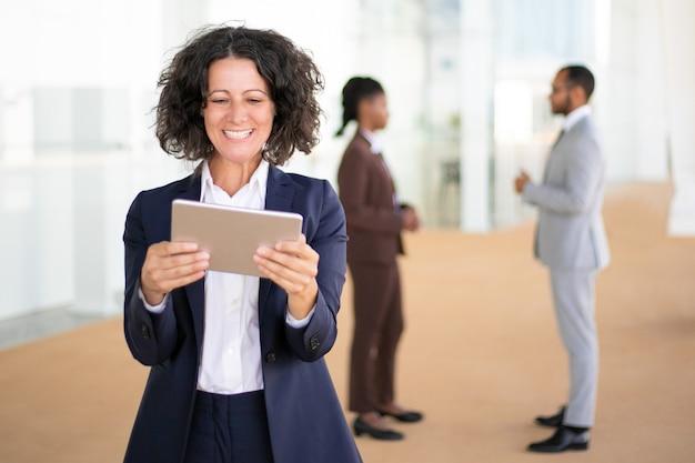 Szczęśliwy bizneswoman ogląda śmieszne filmy Darmowe Zdjęcia