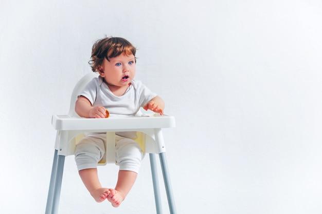 Szczęśliwy Chłopiec Siedzi Na Krześle Dla Dzieci Darmowe Zdjęcia